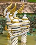 Золот-белая скульптура Naga на пруде в Вьентьян, Лаосе Стоковая Фотография