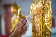Золочение руки золотой Будда стоковое изображение rf