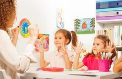 2 зрачка делая тренировки пальца как их учитель Стоковые Изображения RF