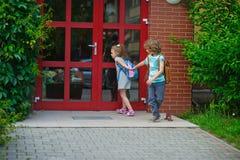 2 зрачка начальной школы на школьном дворе Стоковые Фото