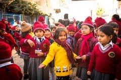 Зрачки во время урока в начальной школе, 22-ое декабря 2013 в Катманду, Непале Стоковая Фотография