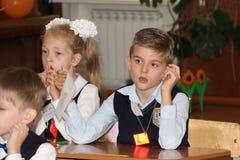 Зрачки на столе школы на уроке на школе - России Москве первая средняя школа первый класс b - 1-ое сентября 2016 Стоковая Фотография RF