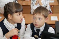 Зрачки на столе школы на уроке на школе - России Москве первая средняя школа первый класс b - 1-ое сентября 2016 Стоковые Изображения RF