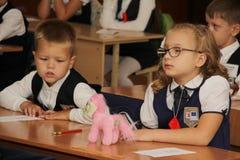 Зрачки на столе школы на уроке на школе - России Москве первая средняя школа первый класс b - 1-ое сентября 2016 Стоковое Фото