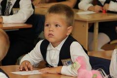 Зрачки на столе школы на уроке на школе - России Москве первая средняя школа первый класс b - 1-ое сентября 2016 Стоковые Фото