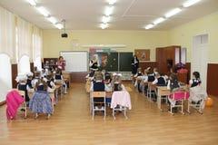 Зрачки на столе школы на уроке на школе - России Москве первая средняя школа первый класс b - 1-ое сентября 2016 Стоковая Фотография