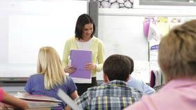 Зрачки порции учителя в классе акции видеоматериалы