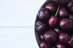 Зрелая аппетитная вишня в белой чашке Стоковое фото RF