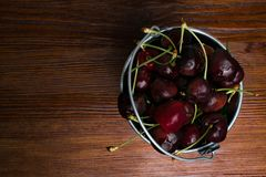 Зрелая вишня в ведре металла на темной предпосылке Стиль деревенский Стоковое фото RF