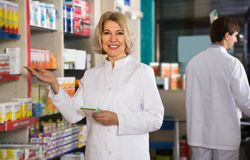 Зрелая деятельность аптекаря женщины Стоковые Фотографии RF