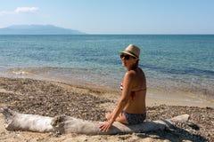 Зрелая женщина, восхищая посадочные места моря в bathin стоковые фотографии rf