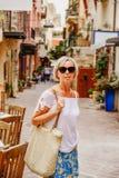 Зрелая женщина на покупках стоковая фотография rf