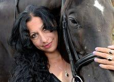 Зрелая женщина обнимая лошадь Стоковое Фото