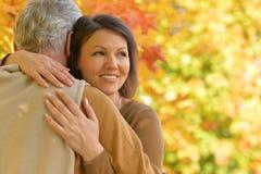 Зрелая женщина обнимая отца Стоковое Изображение RF