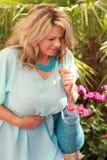 Зрелая женщина со строгой болью в животе летом стоковые фото