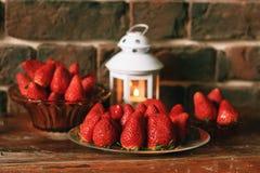 Зрелая клубника с свечой чая на таблице Стоковое Изображение