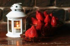 Зрелая клубника с свечой чая на таблице Стоковые Фотографии RF
