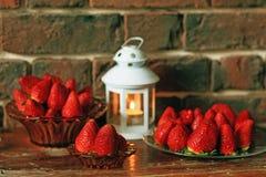 Зрелая клубника с свечой чая на таблице Стоковое Фото