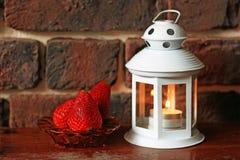 Зрелая клубника с свечой чая на таблице Стоковая Фотография RF