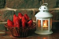 Зрелая клубника с свечой чая на таблице Стоковые Фото