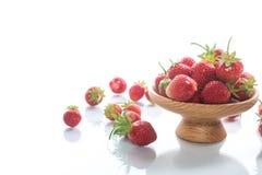 Зрелая красная органическая клубника на белой предпосылке стоковые фотографии rf