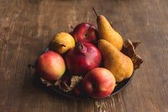 Зрелая осень приносить на таблице Стоковое Фото