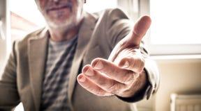 Зрелая рука помощи бизнесмена конец вверх стоковое изображение rf
