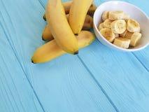 Зрелая часть плиты банана на голубой деревянной предпосылке Стоковое Фото