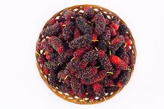 зрелая шелковица в коричневой корзине плодоовощ с витаминами на изолированной еде плодоовощ шелковицы белой предпосылки здоровой Стоковое Изображение RF