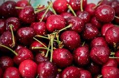 Зрелая ягода вишни с капельками воды на таблице Стоковая Фотография