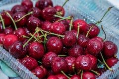 Зрелая ягода вишни с капельками воды на таблице Стоковые Фото