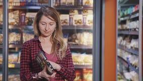 Зрелое положение домохозяйки в супермаркете со свежими продуктами в руке видеоматериал