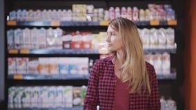 Зрелое положение женщины в гипермаркете с качественными продучтами в h сток-видео