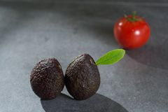 Зрелые авокадоы закрывают вверх на серой конкретной предпосылке, здоровой еде Стоковые Фотографии RF