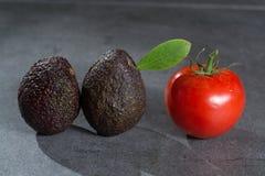 Зрелые авокадоы закрывают вверх на серой конкретной предпосылке, здоровой еде Стоковые Фото