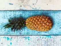 Зрелые ананасы над голубым деревянным столом стоковое изображение rf