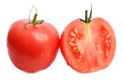 Зрелые аппетитные и вкусные красные томаты и половинные томаты на белизне изолировали предпосылку Стоковая Фотография RF