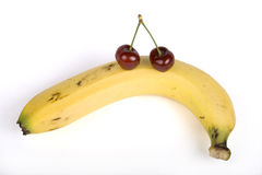 Зрелые вишни на банане стоковое фото rf