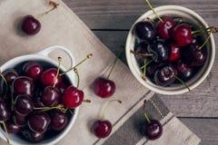Зрелые вишни на старом деревянном столе Стоковые Фотографии RF