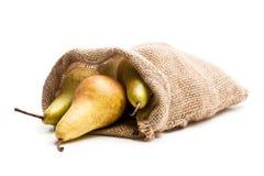Зрелые груши конференции в сумке sakcloth изолированной на белизне Стоковые Фотографии RF