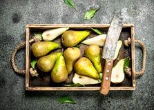 Зрелые груши на подносе с старым ножом Стоковое Фото
