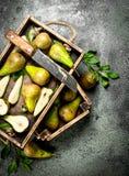 Зрелые груши на подносе с старым ножом Стоковая Фотография