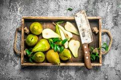 Зрелые груши на подносе с старым ножом Стоковое Изображение RF