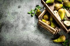 Зрелые груши на подносе Стоковые Фото