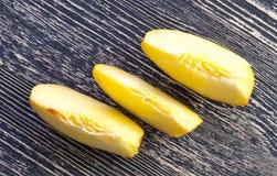 Зрелые желтые персики стоковая фотография