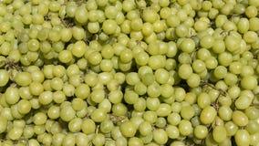 Зрелые зелен-снятые кожу с виноградины на стержнях на рынке ` s фермера стоковая фотография