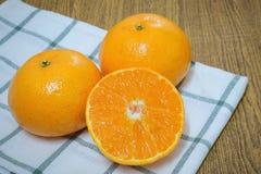 Зрелые и сладкие апельсины на деревянном столе стоковая фотография rf