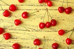 Зрелые красные вишни на деревянной предпосылке, Стоковое Фото