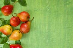 Зрелые красные груши на деревянной предпосылке, временени, взгляд сверху Стоковые Фотографии RF