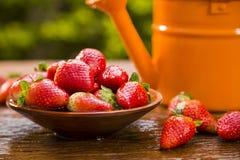 Зрелые красные клубники на деревянном столе Стоковые Фото